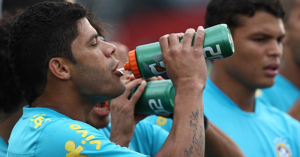 Hulk se refresca durante treinamento da seleção no Rio de Janeiro
