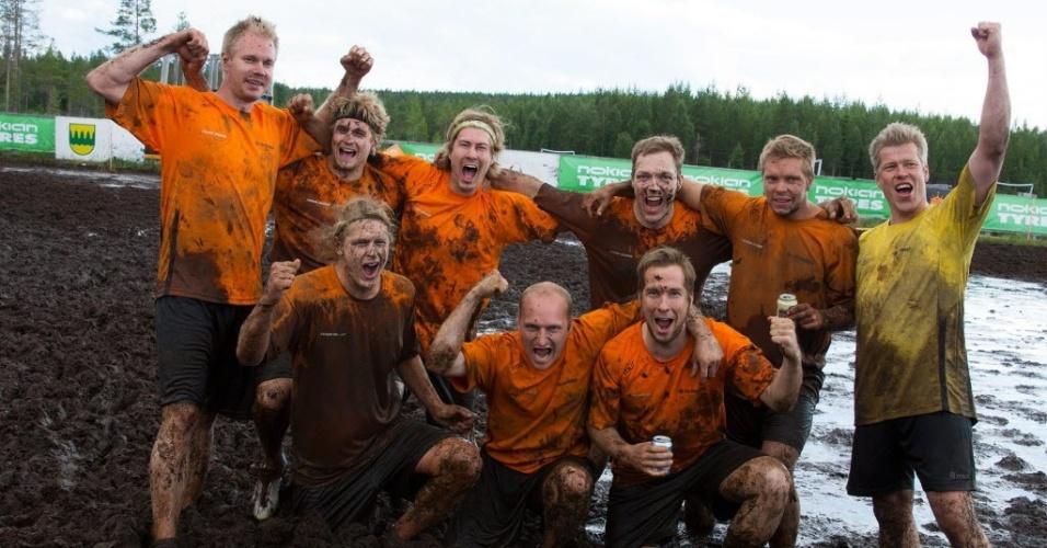 Jogadores finlandeses do Telinekataja celebram título do Campeonato Mundial de Futebol na Lama em Hyrynsalmi, na Finlândia
