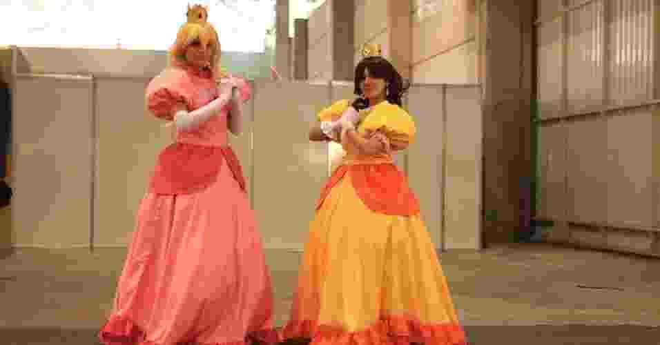 """Moças se fantasiam como a princesa Peach do jogo """"Mario Bros"""" no World Cosplay Summit 2012, no Jabaquara, em São Paulo (14/7/12) - Shin Shikuma/UOL"""