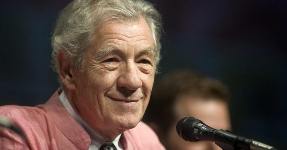 """O ator Ian McKellen participa do painel de """"O Hobbit"""" na San Diego Comic-Con 2012 (14/7/12)"""