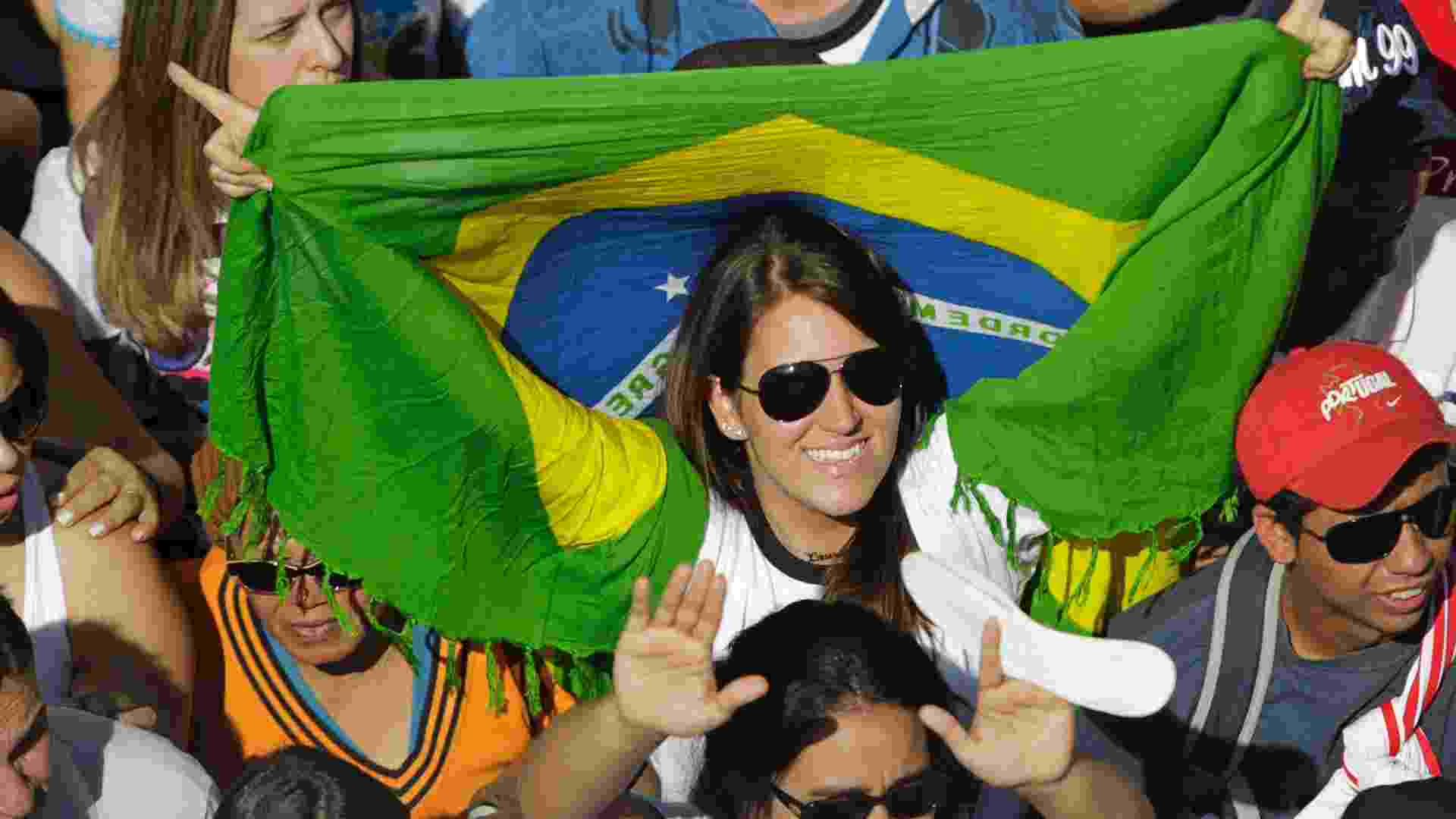 14.jul.2012 - Participante da Marcha para Jesus acompanha shows com bandeira do Brasil - Fernando Donasci/UOL