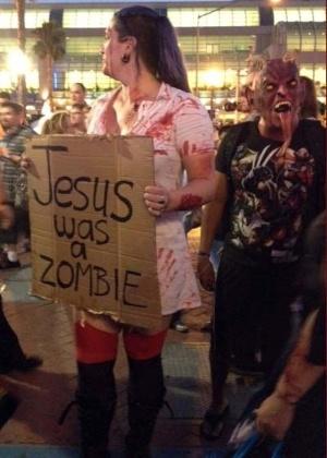 "Participante vestida de zumbi ""prega"" cultura zumbi em rua da Comic-Con, em San Diego (13/7/12) - Estefani Medeiros/UOL"