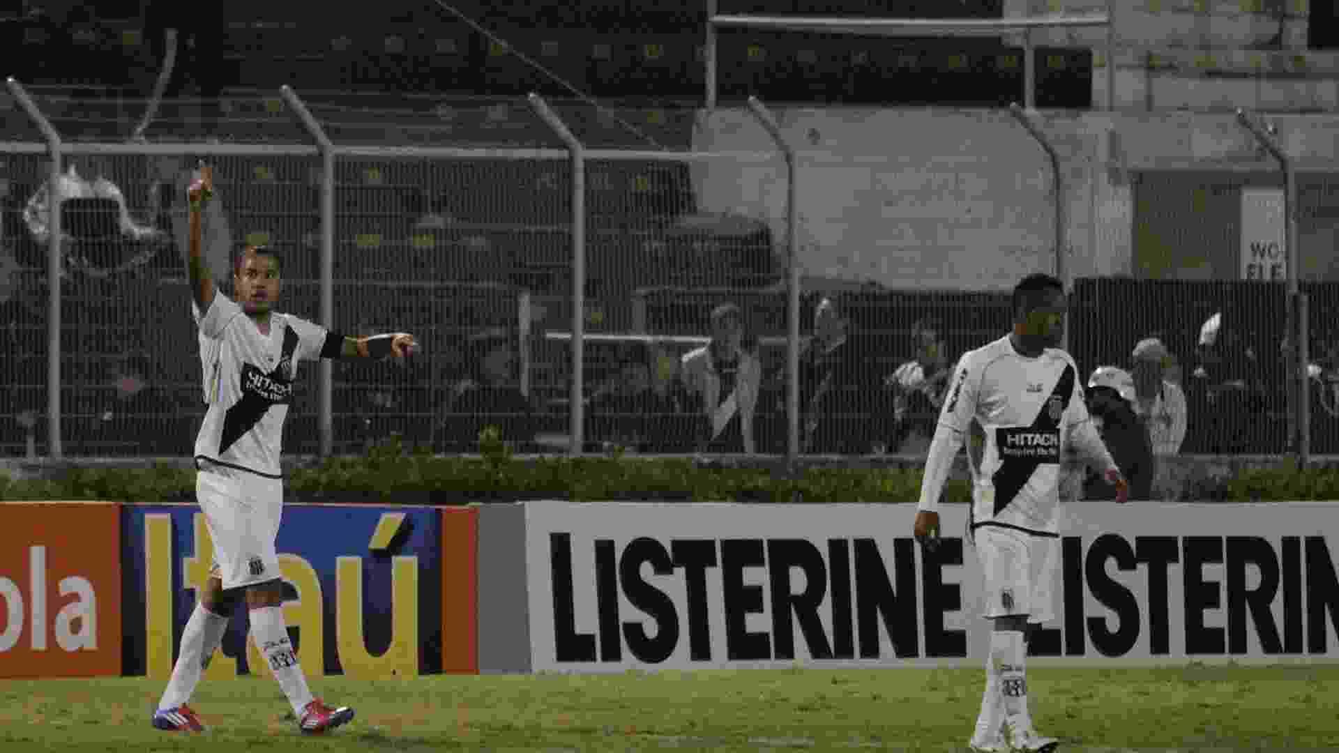Roger comemora um dos seus três gols na goleada da Ponte Preta sobre o Coritiba (14/07/2012) - GUSTAVO MAGNUSSON/FOTOARENA/AE