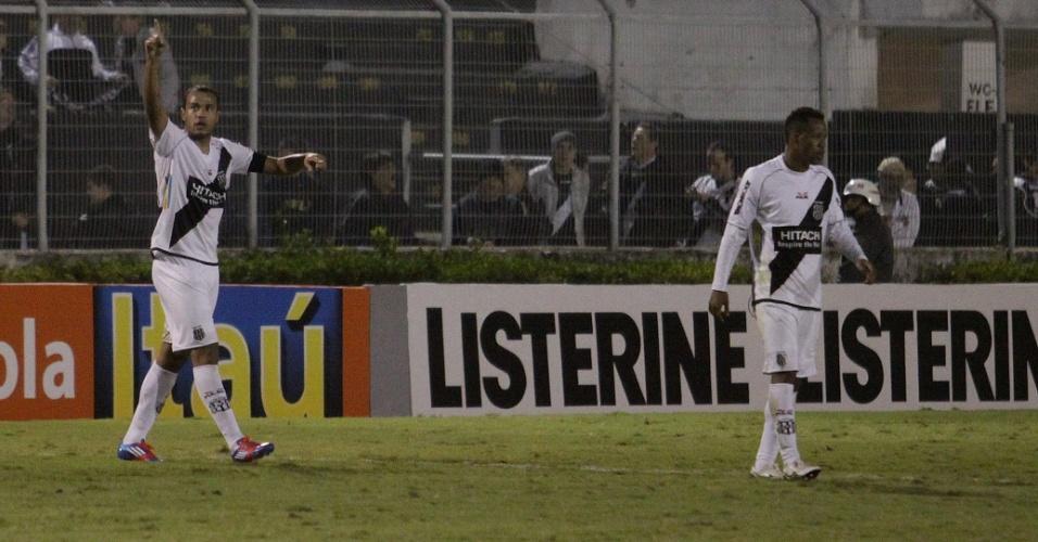 Roger comemora um dos seus três gols na goleada da Ponte Preta sobre o Coritiba (14/07/2012)