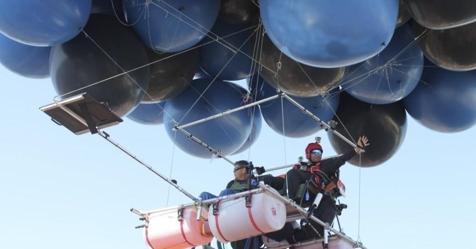 14.jul.2012 - Fareed Lafta (direita) e Kent Couch decolam de área em Bend, no Estado americano do Oregon, rumo à tentativa de quebrar o recorde mundial de mais longa viagem de balão em dupla