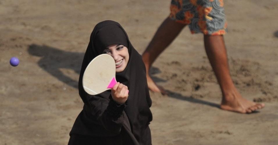 15.jul.2012 - Mulher muçulmana se diverte em praia de Rabat, Marrocos