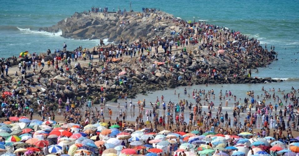 15.jul.2012 - Multidão aproveita dia ensolarado em praia de Rabat, Marrocos