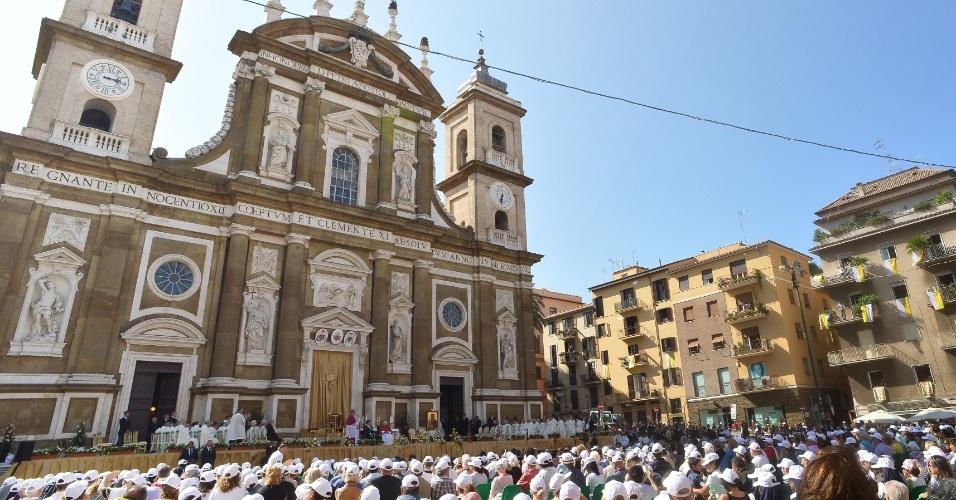15.jul.2012 - O papa Bento 16 celebra missa na praça de Saint Peter, em Frascati, Roma (Itália)