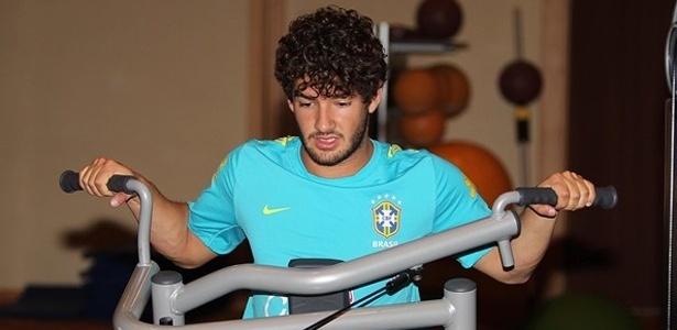 Com dores, o atacante Alexande Pato foi poupado do treino da seleção brasileira neste domingo