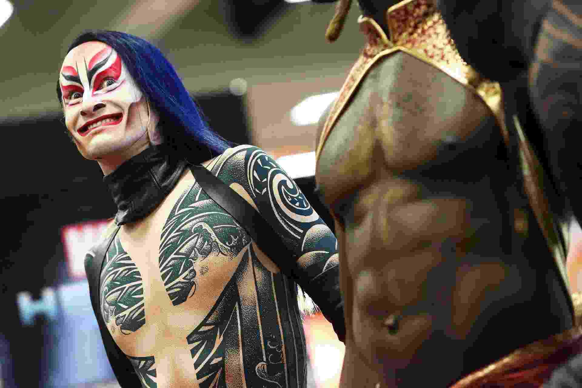 """Integrantes do espetáculo """"KÀ"""" do Cirque du Soleil posam para fotos Comic-Con, em San Diego. A companhia circense fechou uma parceria com a Marvel e lançou um quadrinho no evento (14/7/12) - Alexandra Wyman/Getty Images"""