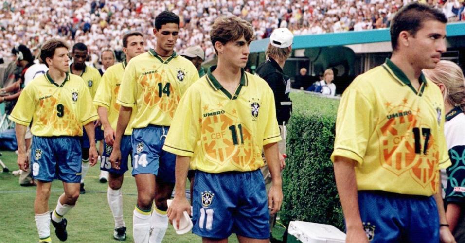 Jogadores da seleção olímpica, nos Jogos de 1996, em Atenas, deixam o gramado cabisbaixos após a derrota para a Nigéria
