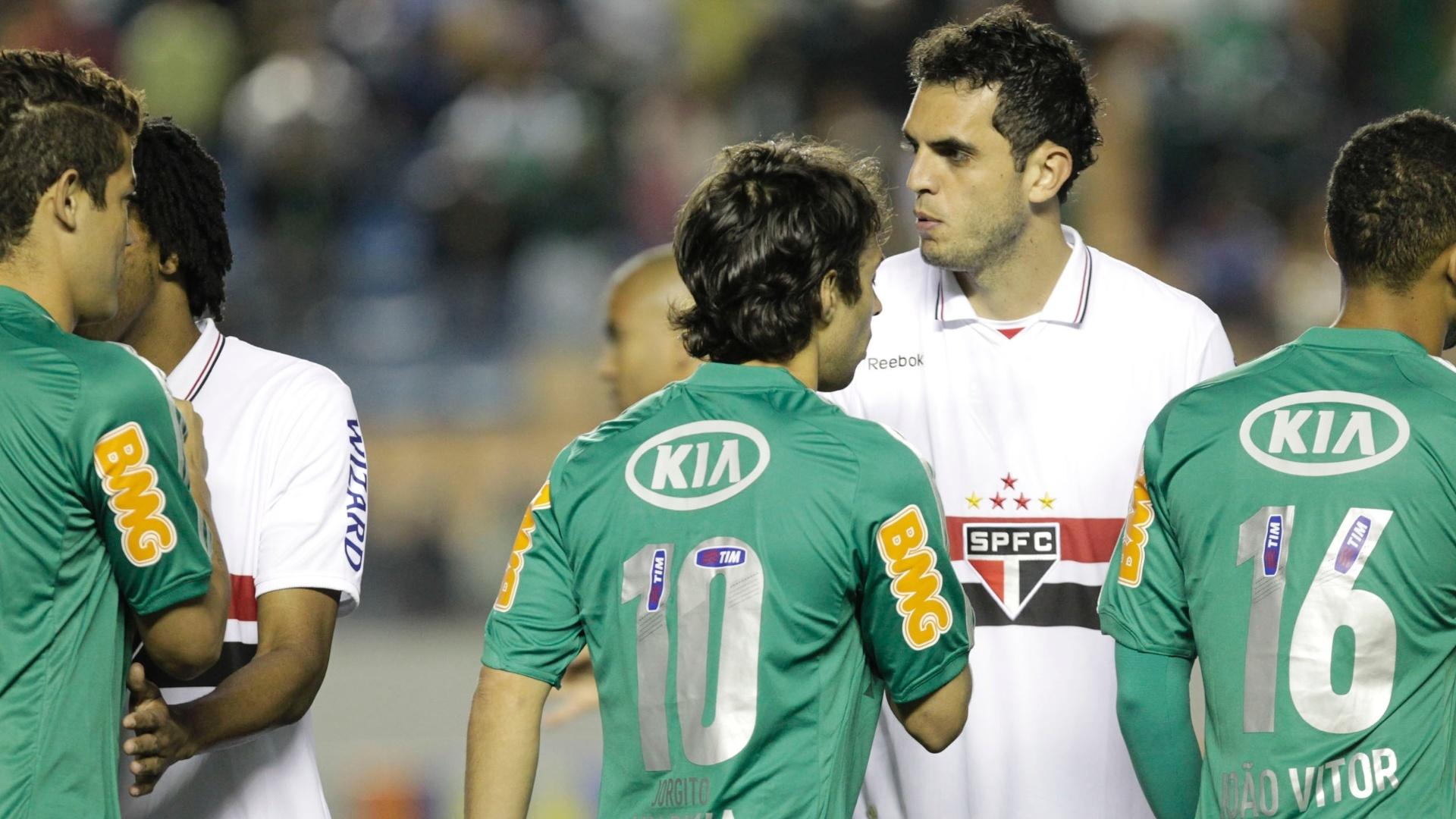 Jogadores de Palmeiras e São Paulo se cumprimentam antes do início do clássico