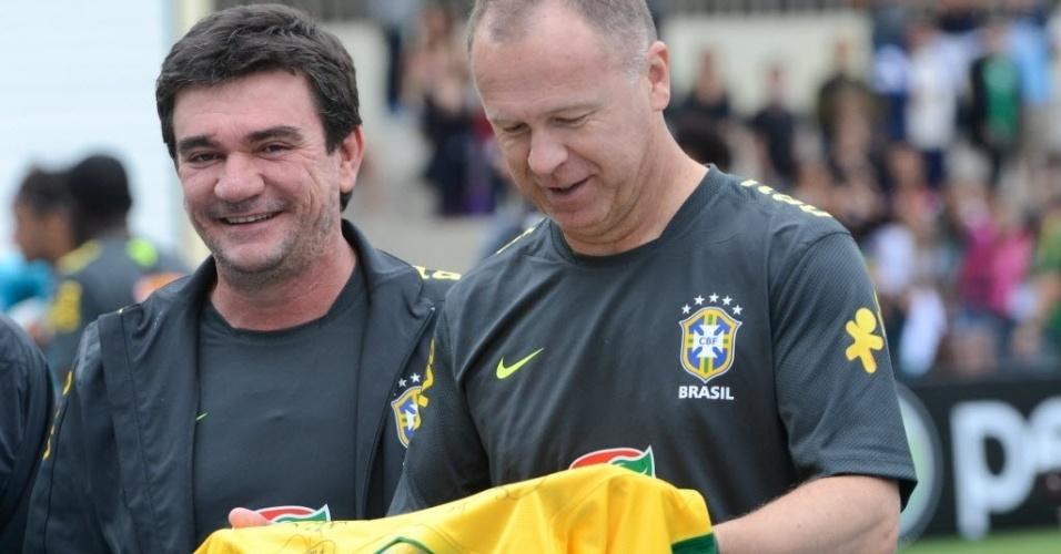 Mano Menezes e Andrés Sanchez entregam camisa da seleção autografada para o Exército Brasileiro