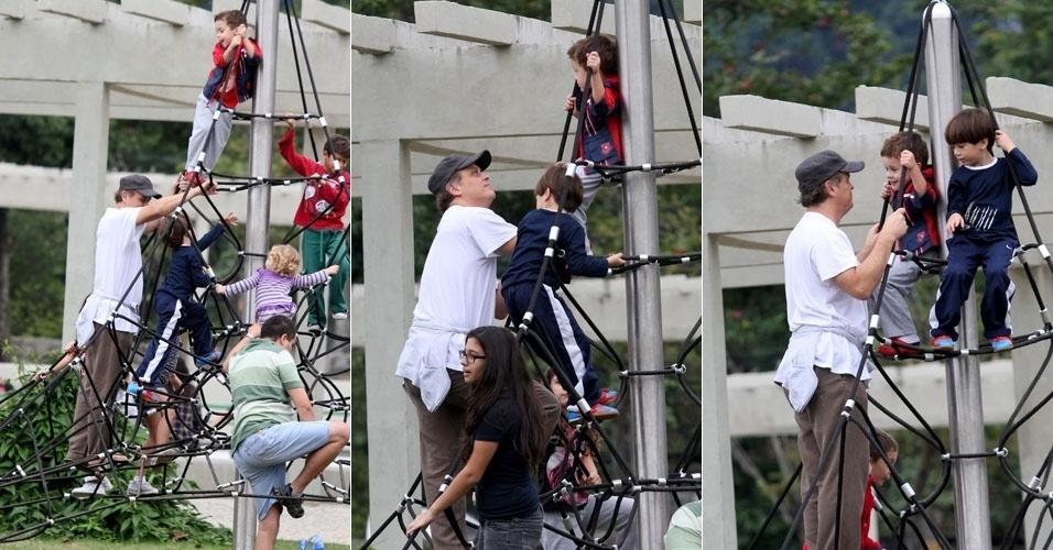 O ator Guilherme Fontes brinca com os filhos na Lagoa Rodrigo de Freitas, no Rio de Janeiro (15/7/12)