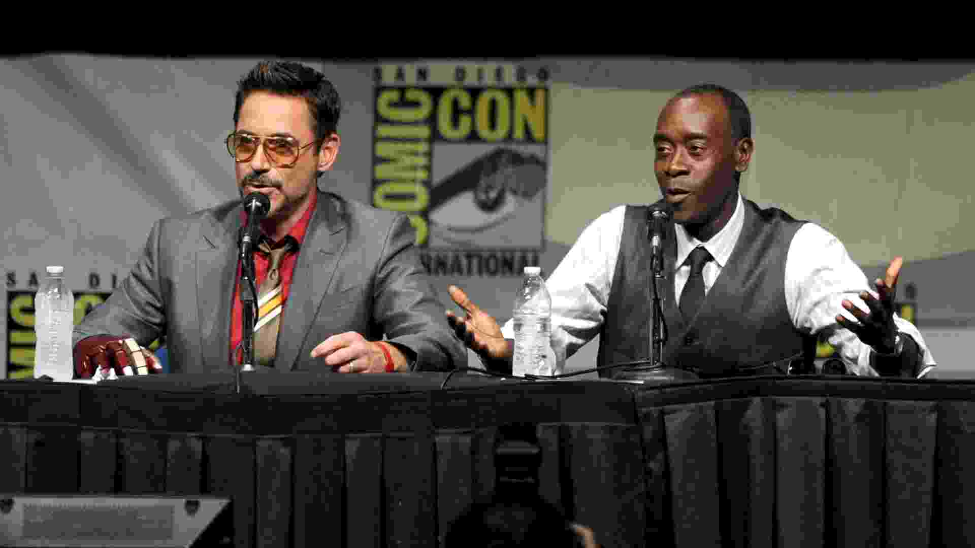 "Os atores Robert Downey Jr (à esq) e Don Cheadle falam durante o painel do filme ""Homem de Ferro 3"" (14/7/12) - Kevin Winter/Getty Images"