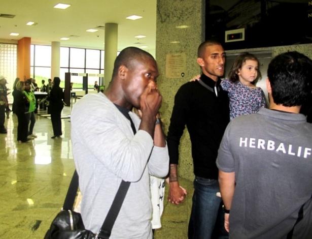 Seedorf chega ao Engenhão acompanhado do atacante Rafael Marques