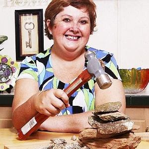 Teresa Widener, 45, e seu martelo para quebrar pedras - Reprodução/Metro.co.uk
