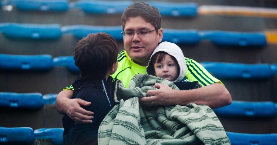 Torcedores do Palmeiras se protegem do frio antes do início do clássico
