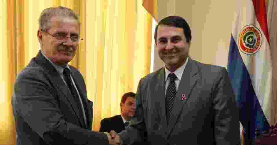 16.jul.2012 - O atual presidente do Paraguai, Federico Franco, se encontra com o parlamentar espanhol Luis Yanez-Barnuevo García (dir.), em Assunção - Jorge Adorno /Reuters