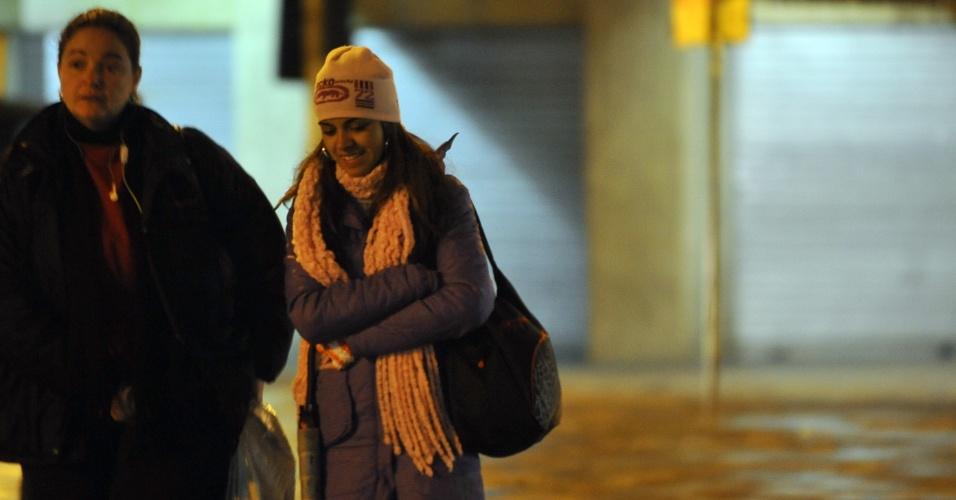16.jul.2012 - Pessoas se protegem do frio na manhã desta segunda-feira (16) em Porto Alegre (RS). Boa parte dos municípios gaúchos amanheceram com temperatura mínima próxima de 0°C. A máxima prevista é de 16°C e a previsão é de dia nublado com chuva no norte, nordeste e leste do Estado