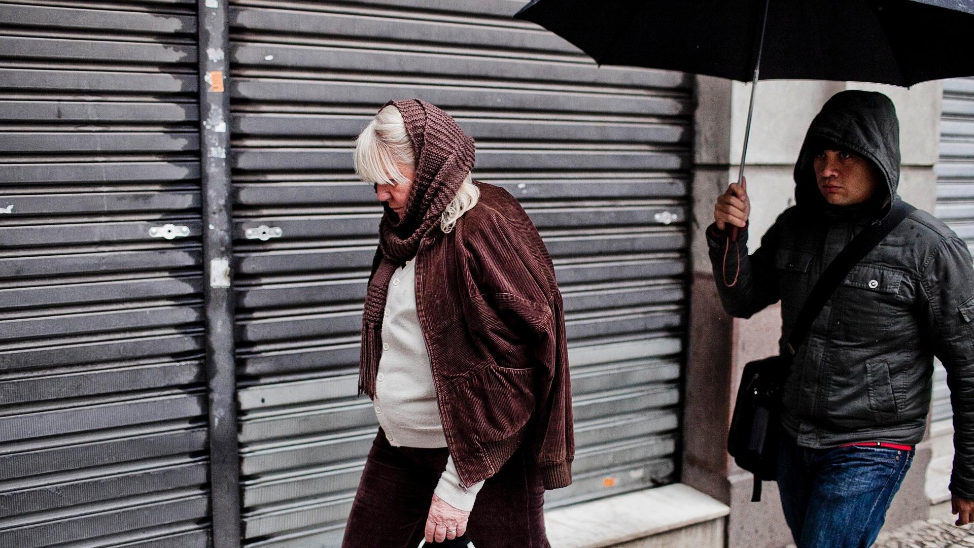 16.jul.2012 - População enfrenta dia chuvoso em São Paulo