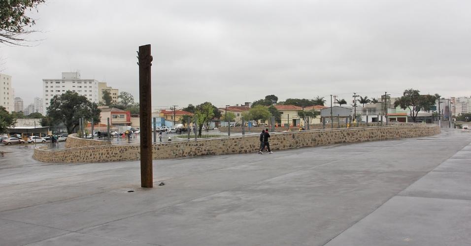 16.jul.2012 - Praça Memorial 17 de Julho, projetada em homenagem às vítimas do desastre aéreo do voo JJ 3054 da TAM, que ocorreu em 17 de julho de 2007. A prefeitura de São Paulo fez a última vistoria para a inauguração do local, que ocorrerá amanhã