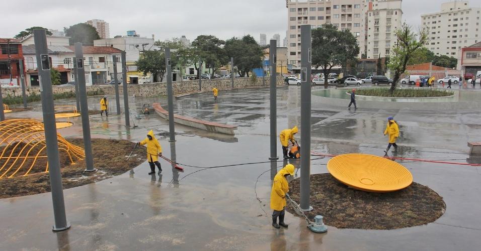 16.jul.2012 - Prefeitura de São Paulo fez a última vistoria, nesta segunda-feira, na praça Memorial 17 de Julho, projetada em homenagem às vítimas do desastre aéreo do voo JJ 3054 da TAM, que ocorreu em 17 de julho de 2007