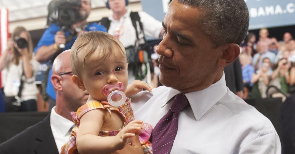 16.jul.2012 - Presidente dos EUA, Barack Obama, segura criança de nove meses durante evento de campanha no Music Hall, em Cincinnati, Ohio (EUA)