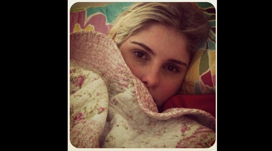 Bárbara Evans divulgou uma imagem onde aparece enrolada em um cobertor (16/7/12)