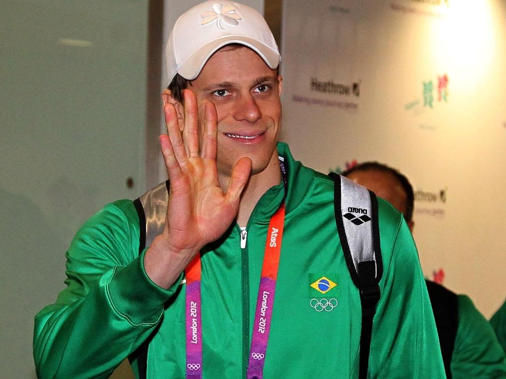 César Cielo causou tumulto ao desembarcar no aeroporto de Heathrow, em Londres. Brasileiro citou uma frase de Walt Disney como inspiração para conquistar outra medalha olímpica