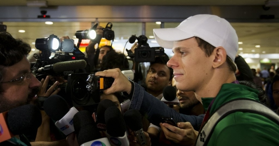 César Cielo desembarcou no aeroporto de Heathdrow, em Londres, e concedeu entrevista para jornalistas