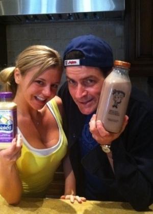Charlie Sheen e Bree Olson em imagem postada no Twitter