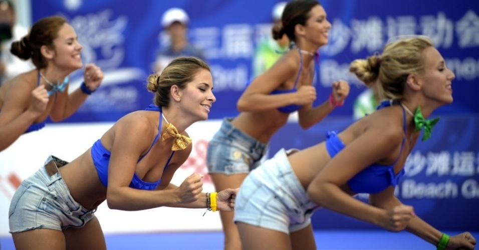 Cheerleaders animam jogo de basquete de praia, na China