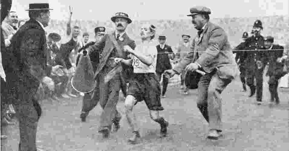 Entre os temas abordados está a superação humana. Na Olimpíada de 1908, em Londres, o maratonista Dorando Pietri termina em primeiro lugar, mas é desclassificado porque foi ajudado no final - Illustrated London News Ltd/Mary Evans