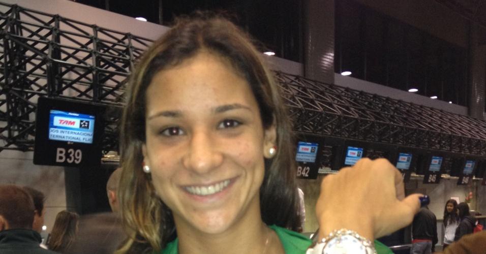 Joanna Maranhão posa para foto em embarque para Jogos Olímpicos de Londres