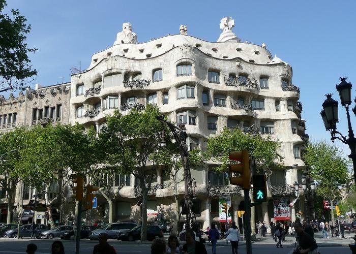 La Pedrera, uma das obras do arquiteto Gaudí espalhadas por Barcelona