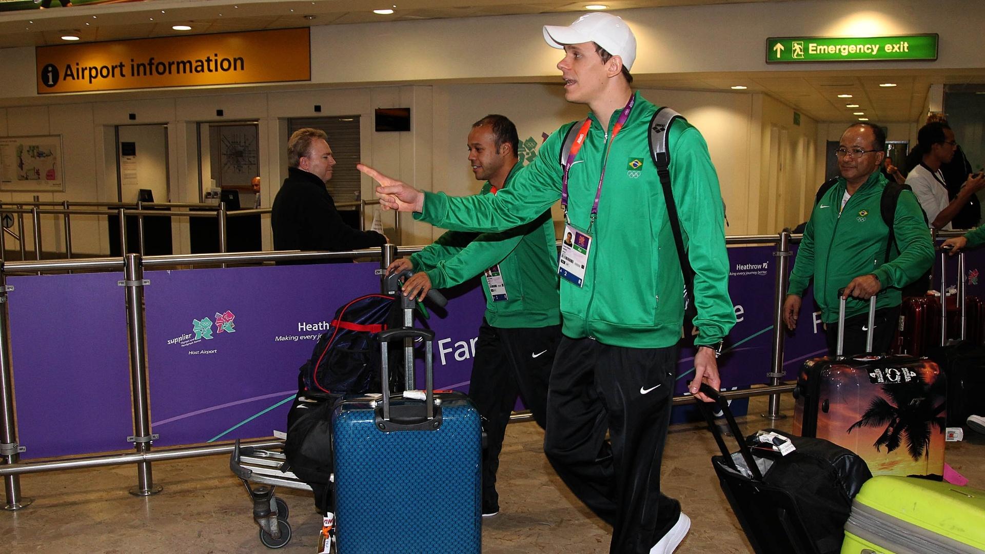 Medalha de ouro em Pequim-2008, César Cielo desembarca no aeroporto de Heathrow, em Londres