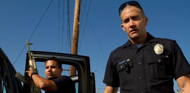 """Michael Peña e Jake Gyllenhaal em cena de """"End of Watch"""""""