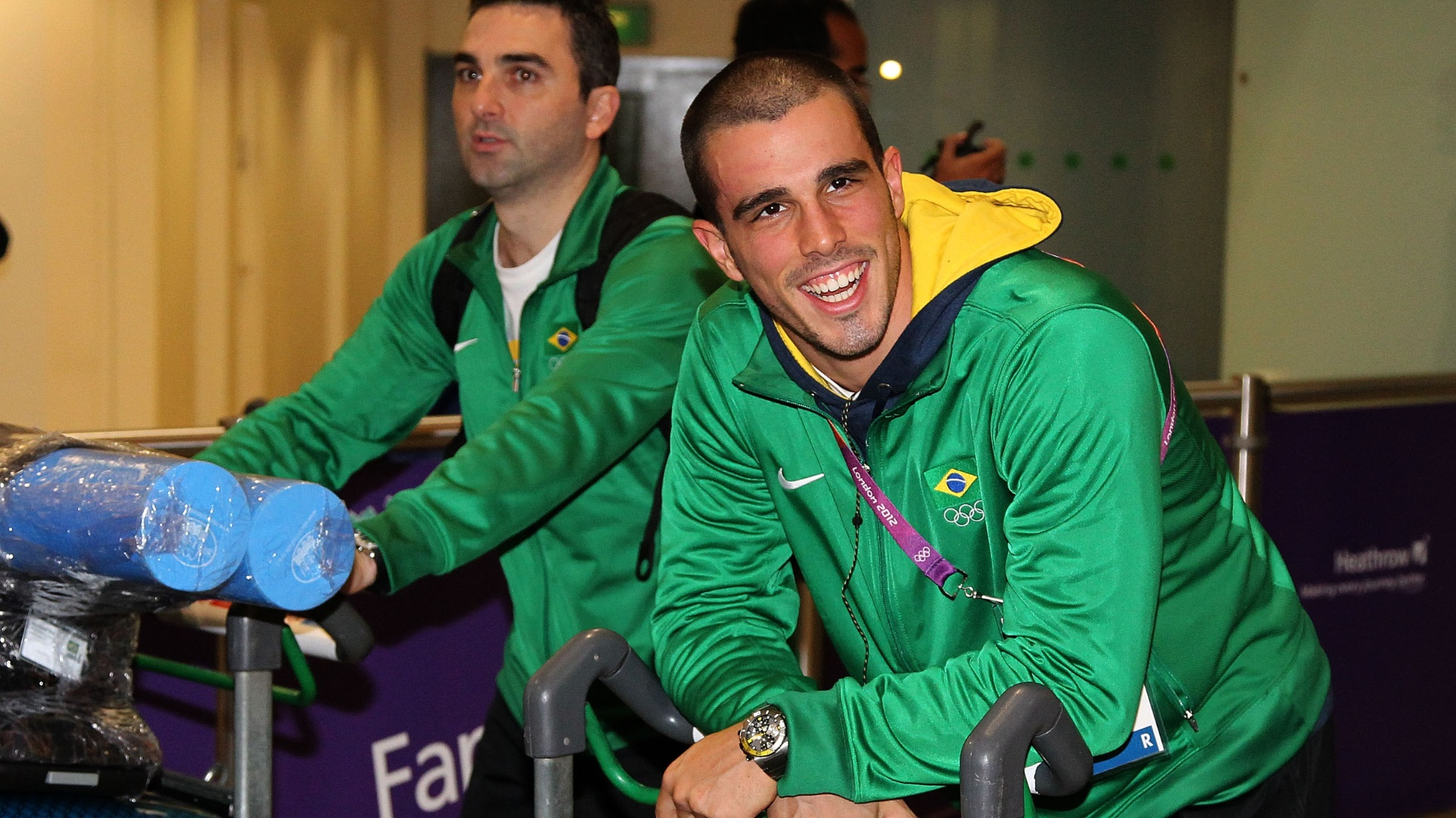 Nadador Bruno Fratus carrega as malas em chegada da delegação à Londres