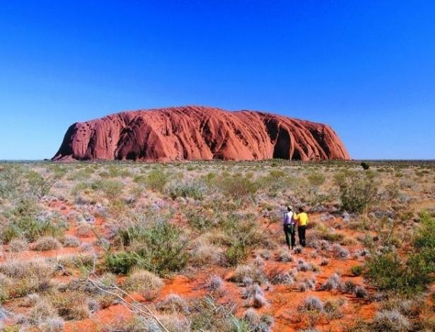 O Monte Ulluru ou Ayers Rock é uma rocha sagrada aos aborígenes, com fendas, poços com água, cavernas rochosas e pinturas antigas Foi classificado como Patrimônio Mundial da Unesco.