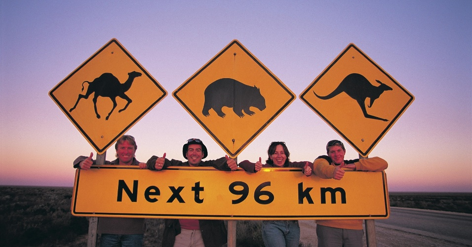 Placa em estrada australiana alerta presença de cangurus, camelos e vombates (mamíferos marsupiais, como os cangurus) no caminho