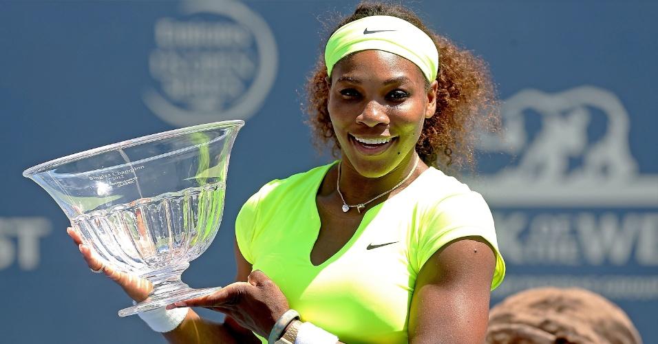 Serena Williams posa para fotos após garantir pelo segundo ano seguido o título do Premier de Stanford