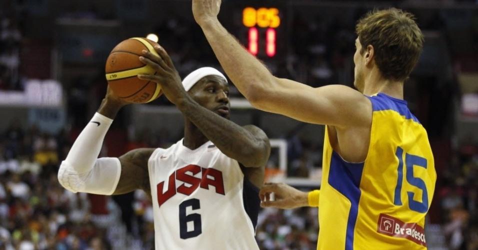 Tiago Splitter observa LeBron James, astro da seleção americana, durante amistoso em Washington