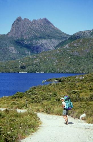 Trilha no parque nacional Cradle Mountain, na Tasmânia, ilha ao sul da Austrália
