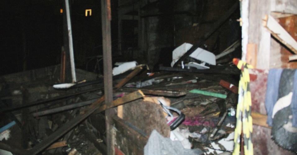 16.jul.2012 - Incêndio destruiu barracos na Favela do Metrô Itaquera, na Vila Carmosina, zona leste de São Paulo. De acordo com o Corpo de Bombeiros, um homem morreu carbonizado
