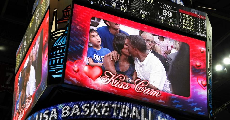 16.jul.2012 - Presidente dos Estados Unidos, Barack Obama, e a primeira-dama Michelle Obama são vistos se beijando em telão durante intervalo do jogo de basquete das equipes masculinas dos EUA e do Brasil Nacional, em Washington