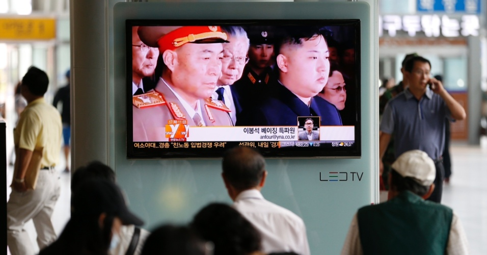 17.jul.2012 - Sul-coreanos assistem a telejornal, nesta terça-feira (17), que mostra o afastamento de Ri Yong-ho, chefe do Exército Popular da Coreia do Norte. A Coreia do Sul olha com desconfiança para o afastamento