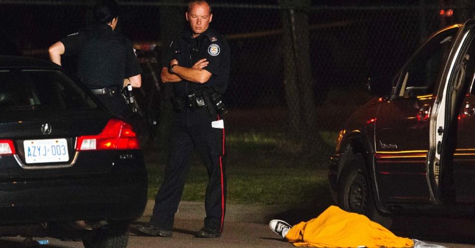17.jul.2012 - Duas pessoas morreram em tiroteio em Toronto, no Canadá, na noite desta segunda-feira (16)