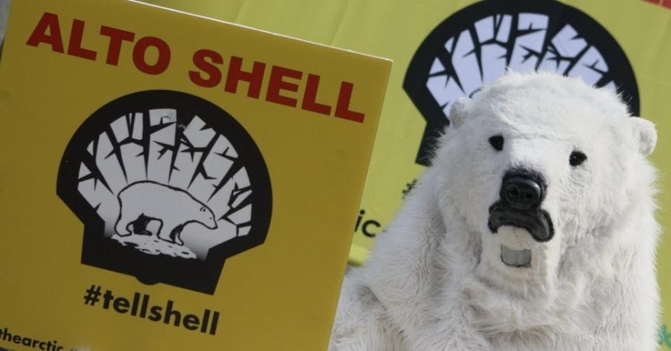 17.jul.2012 - Ativista do Greenpeace se vestiu de urso polar durante protesto realizado em frente ao escritório da companhia de petróleo Shell na Cidade do México (México). Os manifestantes exigiam o fim da perfuração de petróleo no Ártico