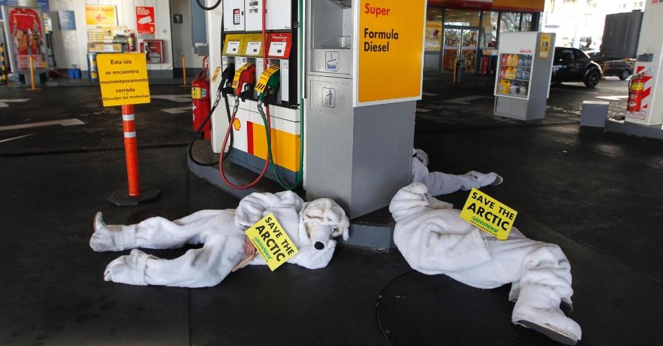 17.jul.2012 - Ativistas do Greenpeace vestidos como ursos polares mortos bloquearam um posto de gasolina Shell em Buenos Aires, na Argentina. Os manifestantes exigem que as empresas petrolíferas interrompam seus planos de exploração no Ártico